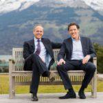Ronald Stöferle und Mark Valek auf einer Bank in Liechtenstein